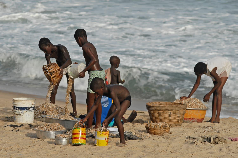 Дети моют песок