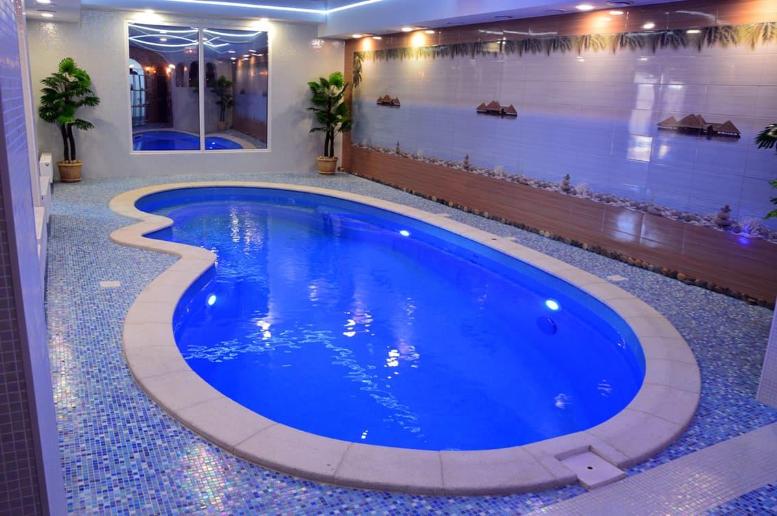 Бассейн внутри отеля Алмаз
